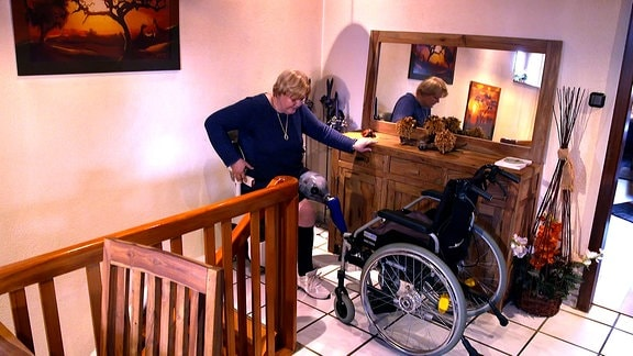 Frau mit Prothese und Rollstuhl