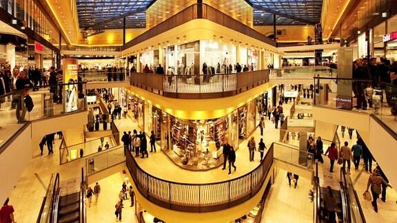 Blick in die Etagen eines Einkaufcenters mit ihren Geschäften.