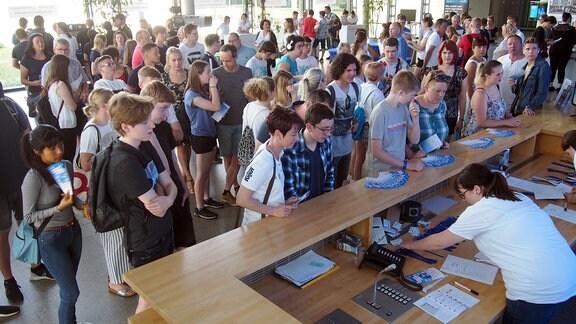 Besucher des Ausbildungstags melden sich für Führungen und Workshops an.