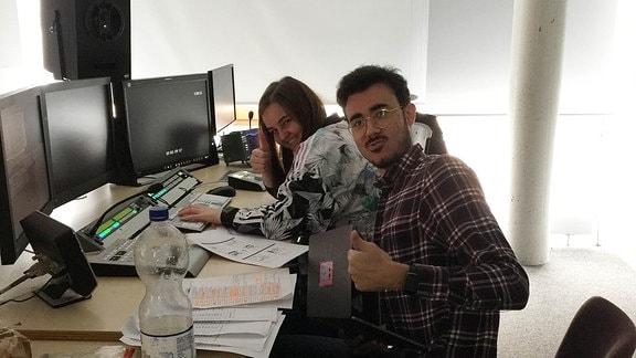 Luisa Otto und Ahmed Elsabroat (beide Mediengestalter Bild und Ton) bei der Arbeit am Schnittplatz.