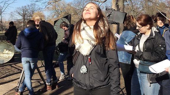 Victoria Göbel (AV-Kauffrau) genießt die kurze Pause am Set.