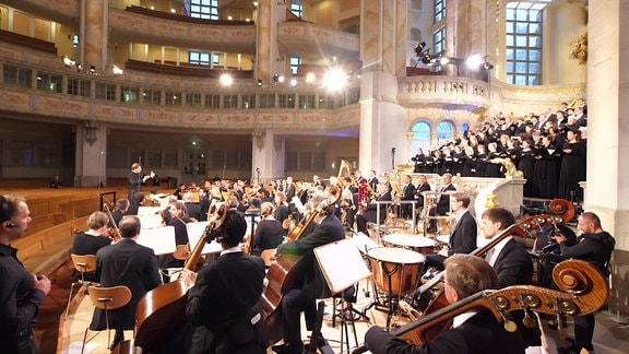 MDR-Rundfunkchor und MDR-Sinfonieorchester führen Johannes Brahms' Deutsches Requiem in der Dresdner Frauenkirche auf