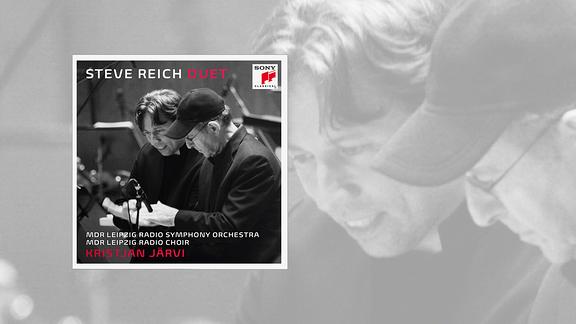 """Auf dem Cover der CD """"Duet"""" von MDR SINFONIEORCHESTER und MDR RUNDFUNKCHOR sind Chefdirigent Kristjan Järvi und Komponist Steve Reich in schwarz-weiß zu sehen. Sie klatschen in die Hände."""
