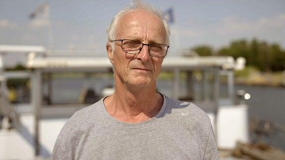 """Binnenschiffer Uwe Meinjohanns, Protagonistin im Film """"Deutschlandklang"""", auf seinem Schiff"""