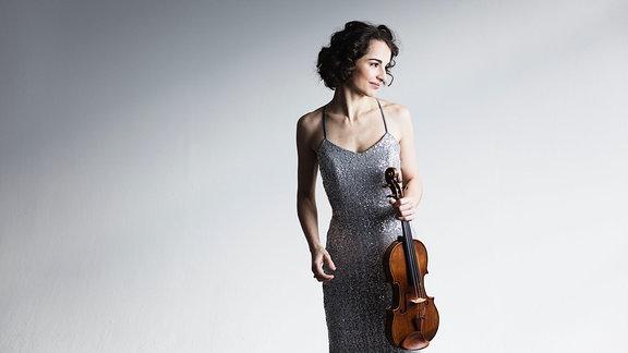 Violinistin Alina Pogostkina im Abendkleid mit Violine
