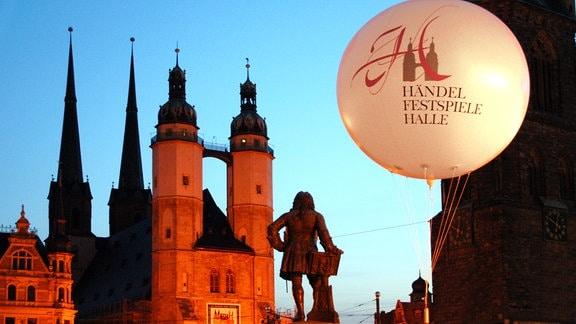 Der Marktplatz in Halle (Saale) mit Händel Denkmal.