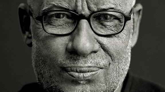 Porträt des Dirigenten Dennis Russell Davies in schwarz-weiß.