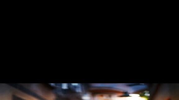 Bariton Christopher Maltman in Jeans und Sakko in einer Gasse