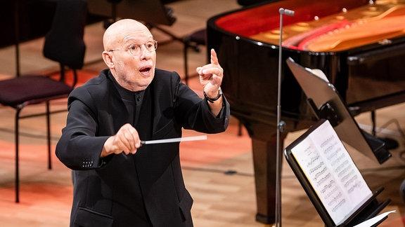 Der Dirigent Dennis Russell Davies bei seinem Antrittskonzert als Chefdirigent des MDR-Sinfonieorchesters am 27.9.2020 im Leipziger Gewandhaus