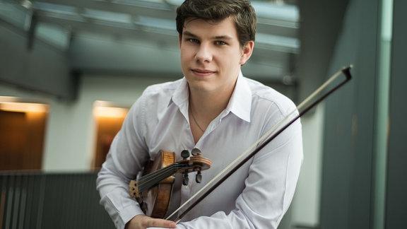 Jan Mráček mit seiner Violine im Porträt