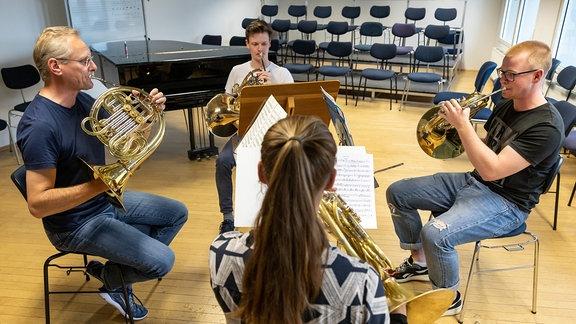Das Hornregister des Jugendsinfonieorchesters Leipzig probt mit MDR-Hornist Max Hilpert