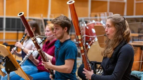 Holzbläserinnen und Holzbläser des Jugendsinfonieorchesters Leipzig proben mit Stefan Pantzier vom MDR-Sinfonieorchester