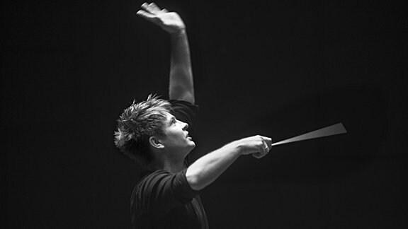 Krzysztof Urbanski beim Dirigieren
