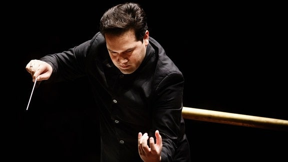 Dirigent Robert Trevino beim Dirigieren
