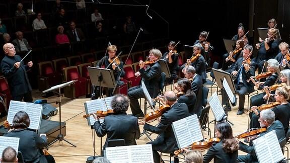 Dennis Russell Davies dirigiert das MDR-Sinfonieorchester im Gewandhaus