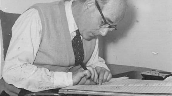 Der Komponist Hans Heller über Noten gebeugt