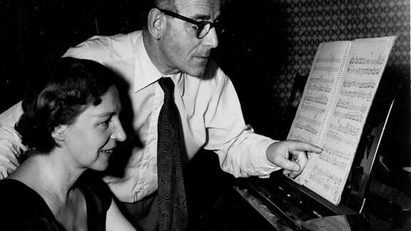 Der Komponist Hans Heller mit seiner Frau Ingrid am Klavier