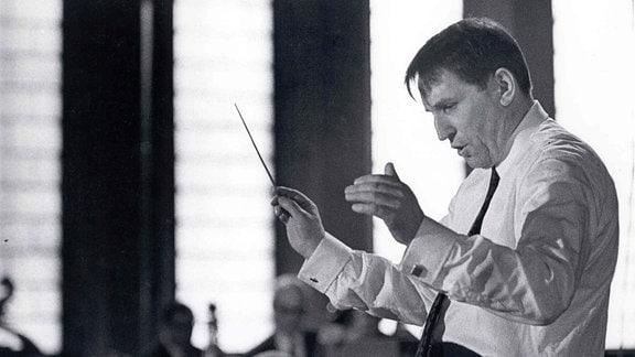Der Dirigent Herbert Kegel mit seinem Taktstock.