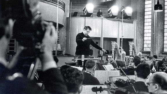 Der Dirigent Herbert Kegel bei Rundfunkaufnahmen mit dem Rundfunk-Sinfonieorchester Leipzig.