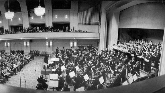 Der Dirigent Herbert Kegel mit den Rundfunkensembles beim Konzert in der Kongresshalle Leipzig.