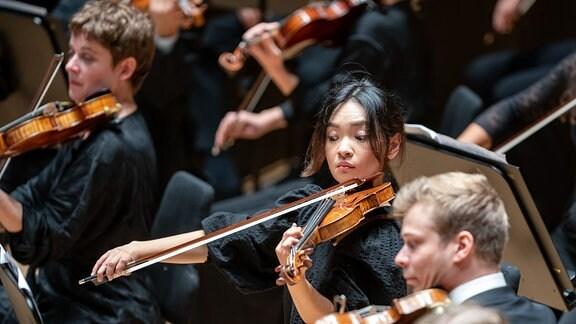 Violinisten und Violinistinnen des MDR-Sinfonieorchesters