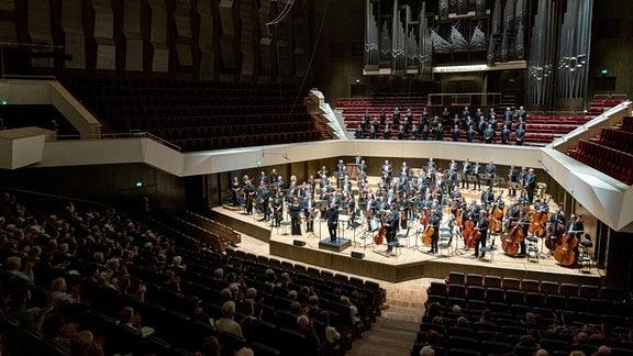 MDR-Sinfonieorchester und MDR-Rundfunkchor mit Chefdirigent Dennis Russell Davies beim Schlussapplaus im Gewandhaus