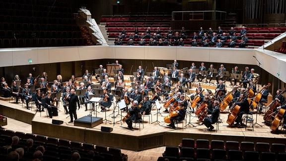 MDR-Sinfonieorchester und MDR-Rundfunkchor mit Chefdirigent Dennis Russell Davies im Gewandhaus