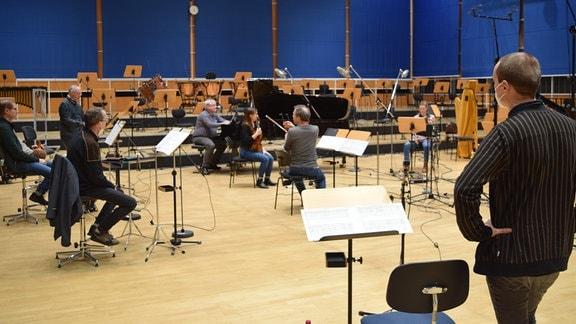Musikerinnen und Musiker des MDR-Sinfonieorchesters produzieren Felix Kothes Mikrokomposition