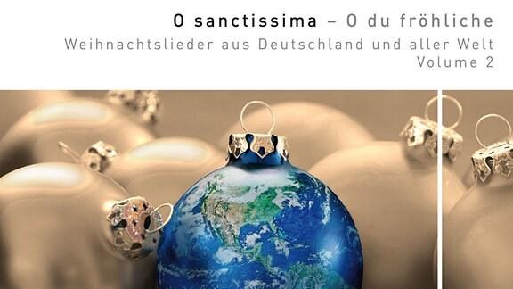 """Cover der CD """"O sanctissima - O du fröhliche"""" des MDR-Rundfunkchors unter Leitung von Philipp Ahmann, erschienen im Oktober 2017 bei GENUIN. Das Coverbild zeigt goldene Christbaumkugeln und eine blaue, die wie ein Globus mit Blick auf Amerika, Atlantik und Pazifik gestaltet ist."""