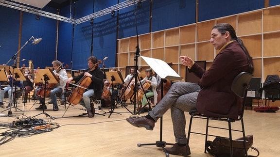 Der Komponist Ilias Rachaniotis bei der Produktion im MDR-Orchestersaal.
