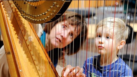 Bei der Instrumentalwerkstatt konnen Kinder Instrumente kennenlernen und sich selbst ausprobieren.