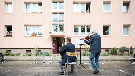 Lieder-Lieferdienst in Dessau: Konzert für die Eltern und Großeltern einer MDR-Hörerin vor ihrem Wohnhaus.