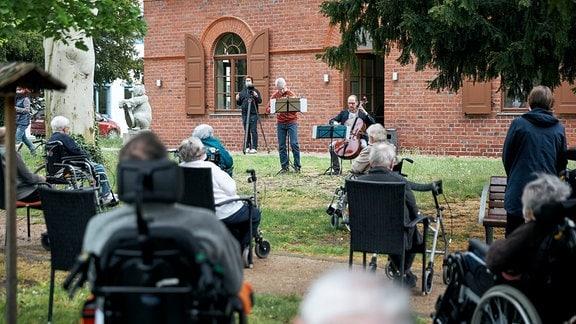 Lieder-Lieferdienst in Dessau: Konzert für ein Seniorenheim im Garten.