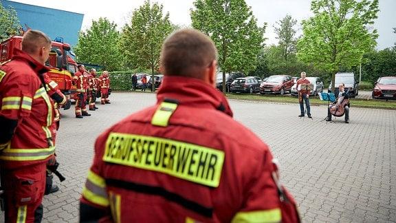 Lieder-Lieferdienst in Dessau: Konzert vor Feuerwehrleuten