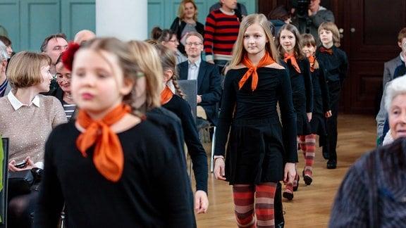 Kinder des MDR-Kinderchors laufen zwischen Publikumsreihen in den Festsaal der Kongresshalle am Zoo in Leipzig.