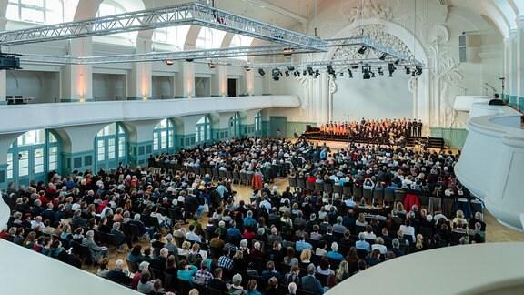 Blick in die Leipziger Kongresshalle am Zoo, auf deren Bühne der MDR-Kinderchor steht.