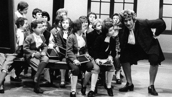 """Der MDR-Kinderchor 1977 bei der Aufführung von Georg Philipp Telemanns """"Der Schulmeister""""."""