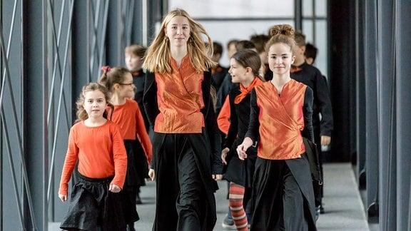 Kinder des MDR-Kinderchors in Konzertkleidung
