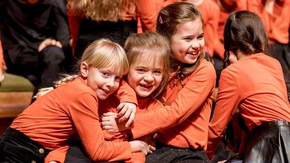 Mädchen des MDR-Kinderchors umarmen sich.