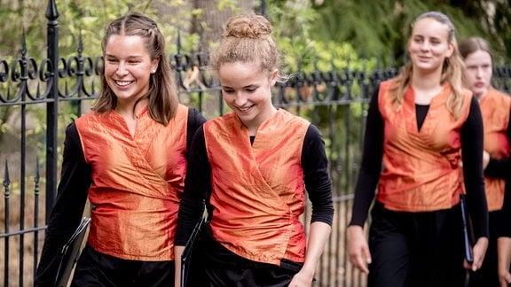 Vier lachende Mädchen in gleicher Kleidung