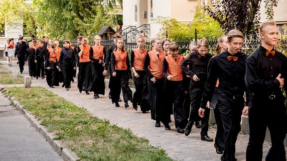 Kinder des MDR-Kinderchors laufen zu ihrem Auftritt.
