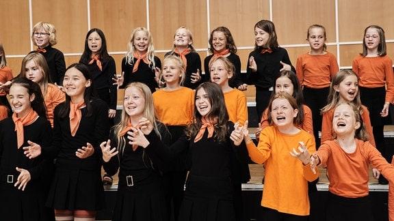 Die jungen Sängerinnen und Sänger des MDR-Kinderchors sitzen in der Probe
