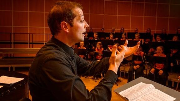 Alexander Schmitt dirigiert den Konzertchor des MDR-Kinderchors