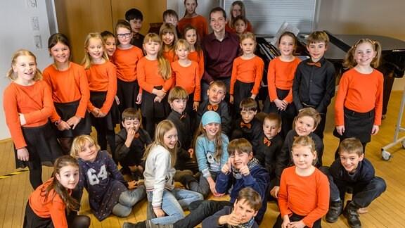 Nachwuchschor 1 des MDR-Kinderchors mit seinem Leiter Alexander Schmitt