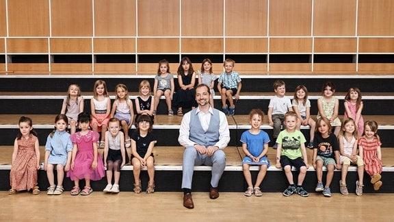 Kinder des Vorchors des MDR-Kinderchors stehen auf einer Bühne