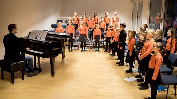 Der Nachwuchschor 1 des MDR-Kinderchors probt mit Alexander Schmitt.