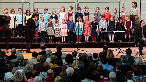 Kinder des Vorchors im MDR-Kinderchor betreten eine Bühne.