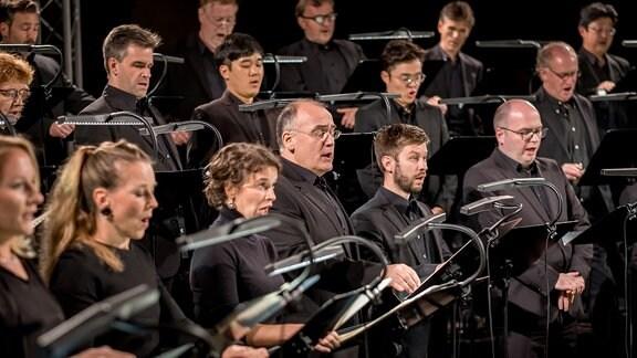Mitglieder des MDR-Rundfunkchors im Konzert.