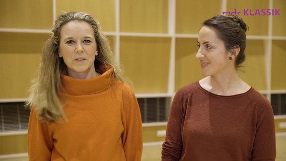 Karina Schoenbeck-Götz und Lena Carina Bendzulla aus dem MDR-Rundfunkchor sprechen in die Kamera.