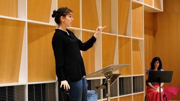 Agnes Schnabl arbeitet mit dem MDR-Rundfunkchor beim Dirigentenforum 2021.